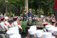paris france Juli 14, 2012 Den franska presidenten Francois Hollande välkomnar medborgare under ståta Royaltyfria Foton