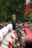 paris france Juli 14, 2012 Den franska presidenten Francois Hollande välkomnar medborgare under ståta Arkivbild