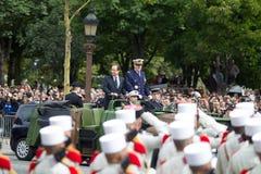 paris france Juli 14, 2012 Den franska presidenten Francois Hollande välkomnar militärer och medborgare under ståta Fotografering för Bildbyråer