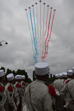 paris france Juli 14, 2012 Flygplan dekorerar himlen i färgen av flaggan av Republiken Frankrike Royaltyfri Foto