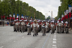 paris france Juli 14, 2012 Legionärer av den franska utländska legionen marscherar under ståta Arkivfoto