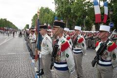 paris france Juli 14, 2012 Rangerna av de utländska legionärerna under ståtar tid på Champset-Elysees i Paris Arkivfoton