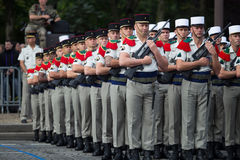 paris france Juli 14, 2012 Rangerna av de utländska legionärerna under ståtar tid på Champset-Elysees i Paris Royaltyfria Bilder