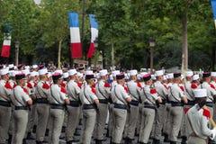 paris france Juli 14, 2012 Rangerna av de utländska legionärerna under ståtar tid på Champset-Elysees i Paris Royaltyfri Foto