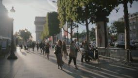 PARIS, FRANCE-JULY 23,2015: Frau in einem Kleid, das entlang die Straße am 23. Juli 2015 in Paris, Frankreich geht stock video
