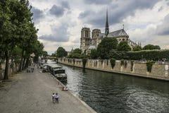 PARIS/FRANCE - Juni 2, 2017: Notre Dame av Paris, Frankrike, sikt från floden på spjutet royaltyfria foton