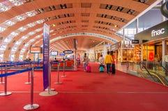 Paris, France, le 1er avril 2017 : Personnes non identifiées au hall du départ dans le terminal de Roissy Charles de Gaulle Photo stock