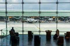Paris, France, le 1er avril 2017 : Regarder une grande fenêtre d'ellipsoïde l'aéroport de Charles De Gaulle Photo libre de droits