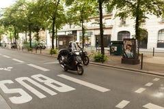 Paris, France le 2 juin 2018 : L'autobus se connectent la route photo stock