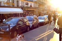 PARIS, FRANCE : Le 6 juin 2013 - la rue au centre de Paris s'est baignée en soleil Photographie stock