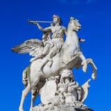 Paris, France, le 28 mars 2017 : Cette sculpture est située dans le jardin de Tuileries à Paris Il dépeint le dieu Mercury As photographie stock