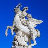 Paris, France, le 28 mars 2017 : La statue de Renommee, ou la renommée du roi, montant le cheval Pegasus le 27 mars 2014 photo stock