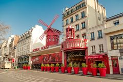 Paris, France, le 31 mars 2017 : Le Moulin rouge est un cabaret célèbre construit en 1889, plaçant au quartier chaud de Paris Photos libres de droits