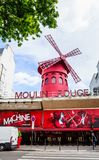 Paris, France Le Moulin rouge est un cabaret célèbre construit en 1889 Image stock