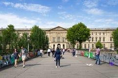 Paris, France - 13 mai 2015 : Les gens visitent le pont de Pont des Arts Photographie stock
