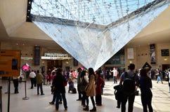 Paris, France - 13 mai 2015 : Les touristes visitent à l'intérieur de la pyramide d'auvents Image libre de droits