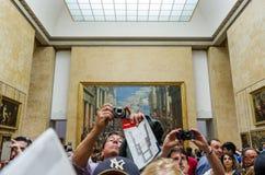 Paris, France - 13 mai 2015 : Les visiteurs prennent des photos de Léonard de Vinci Photographie stock libre de droits