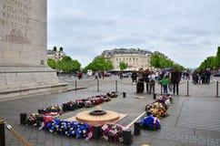 Paris, France - 14 mai 2015 : Tombe de touristes de visite du soldat inconnu sous Arc de Triomphe Images stock