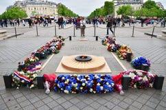 Paris, France - 14 mai 2015 : Tombe de touristes de visite du soldat inconnu sous Arc de Triomphe Photographie stock libre de droits