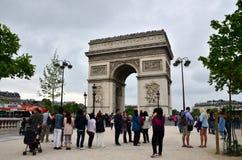Paris, France - 14 mai 2015 : Visite de touristes Arc de Triomphe à Paris Photographie stock libre de droits