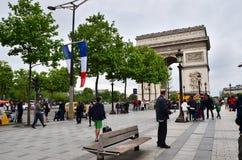 Paris, France - 14 mai 2015 : Visite de touristes Arc de Triomphe à Paris Photos stock