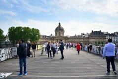 Paris, France - 13 mai 2015 : Visite Institut de France et le Pont des Arts de personnes Images stock