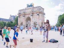Paris france Maj 2018 Uliczny występ robi mydlanym bąblom obraz royalty free