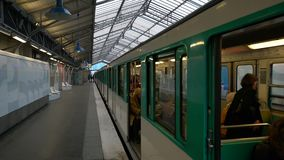 Paris, France - 31 mars 2019 : arrivée de métro à la station BIR-Hakeim banque de vidéos
