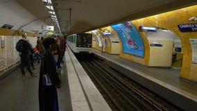 Paris, France - 31 mars 2019 : arrivée de métro à la station de Charles de Gaulle clips vidéos
