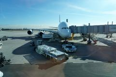 PARIS, FRANCE - 6 mars 2018 - atterrissage d'aéroport de Paris et cargaison et passager de chargement Photos stock