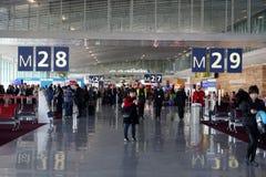 PARIS, FRANCE - 6 mars 2018 - atterrissage d'aéroport de Paris et cargaison et passager de chargement Image libre de droits
