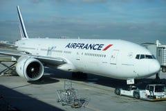PARIS, FRANCE - 6 mars 2018 - atterrissage d'aéroport de Paris et cargaison et passager de chargement Images libres de droits