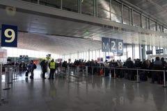 PARIS, FRANCE - 6 mars 2018 - atterrissage d'aéroport de Paris et cargaison et passager de chargement Photo stock
