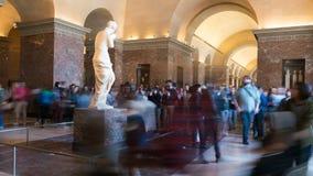 Paris, France - 31 mars 2019 : Les touristes visitent la statue de Venus de Milo au mus?e de Louvre ? Paris banque de vidéos