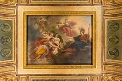 Paris, France - 31 mars 2019 : Regardez la beaut? du plafond dans le Louvre photo stock