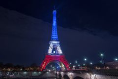 paris france 24 NOVEMBRE 2015 : Tour Eiffel illuminé vers le haut de l'esprit Photo stock