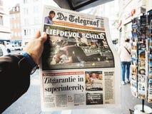 2017 Las Vegas Strip shooting het laatste nieuws newspaper. PARIS, FRANCE - OCT 3, 2017: Man buying De Telegraaf newspaper with socking title and photo at press Royalty Free Stock Image