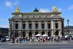 Paris france Opera Garnier, palais garnier Sierpień 2018 Okresu filmu filmowanie i turyści tłoczy się zabytek obraz stock