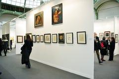 Paris, France, pessoa que visita o comtemporâneo anual imagem de stock