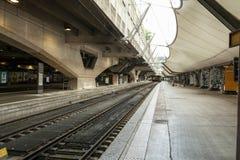 Paris, France - peuvent 27, 2018 : Gare ferroviaire de Montparnass attendant sur un train dans le hall de départ Image stock