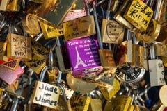 Paris, France - Pont des Arts Cadenas d'amour sur le pont Photographie stock libre de droits