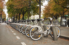 Paris, France - 5 septembre 2014 : Stationnement de bicyclette sur la rue de Paris photographie stock libre de droits