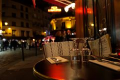 Paris, France, 10 12 2016 - verres sur une table de restaur français Photo stock