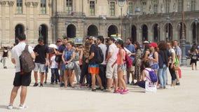 PARIS, FRANCE VERS en août 2017 : Groupe de personnes dans la cour de musée de Louvre Touristes sur l'excursion banque de vidéos