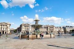PARIS, FRANCE - vers en avril 2016 : Vue de DES Fleuves de fontaine dans l'endroit de Concorde Photographie stock libre de droits