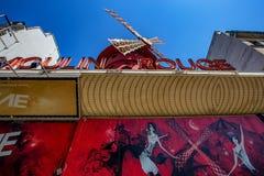 PARIS, FRANCE - VERS EN JUIN 2014 : Le Moulin rouge le jour ensoleillé Images libres de droits