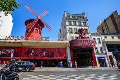 PARIS, FRANCE - VERS EN JUIN 2014 : Le Moulin rouge le jour ensoleillé Photographie stock libre de droits
