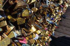 PARIS, FRANCE - VERS EN JUIN 2014 : Serrures d'amour sur le pont Photo libre de droits