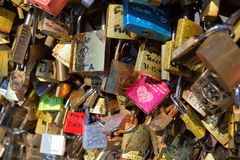 PARIS, FRANCE - VERS EN JUIN 2014 : Serrures d'amour sur le pont Images stock