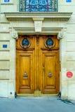 Paris, France - vieil immeuble type Trappe en bois Photo stock